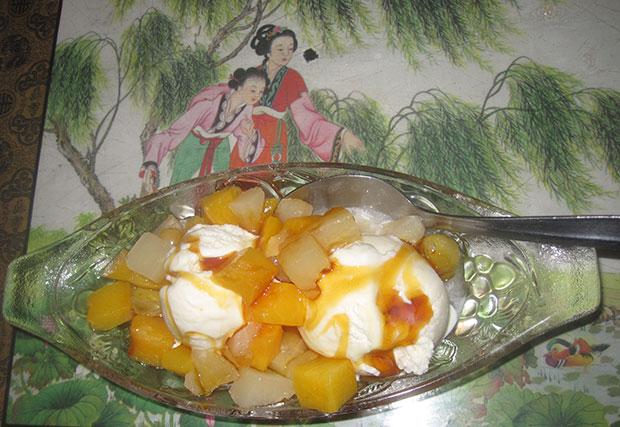 Jäätelöä ja sekahedelmiä annos siirapilla höystettynä
