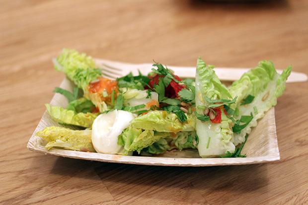 Side-order salaatissa oli vihreää salaattia, majoneesia ja chiliä