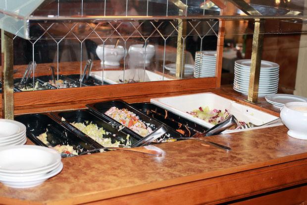 Surkea salaattipöytä