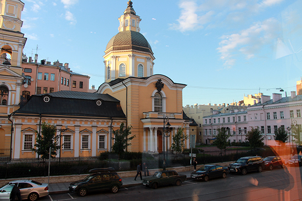 Pietari hurmaa rakennuksillaan. Ravintolan vieressä sijaitsee ortodoksi-kirkko.