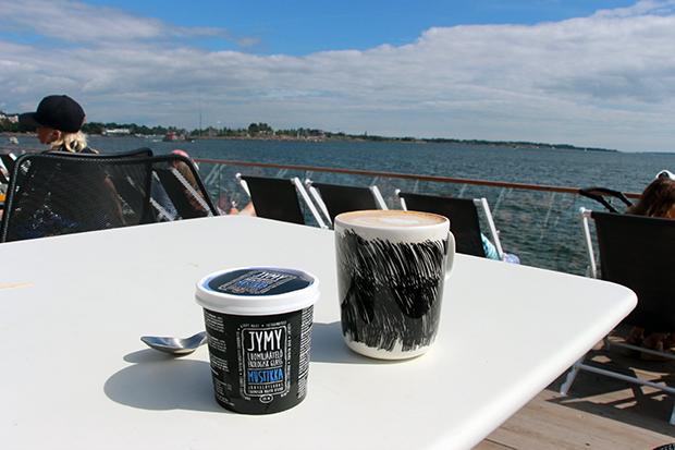 Jymy-jäätelö ja cappuccino