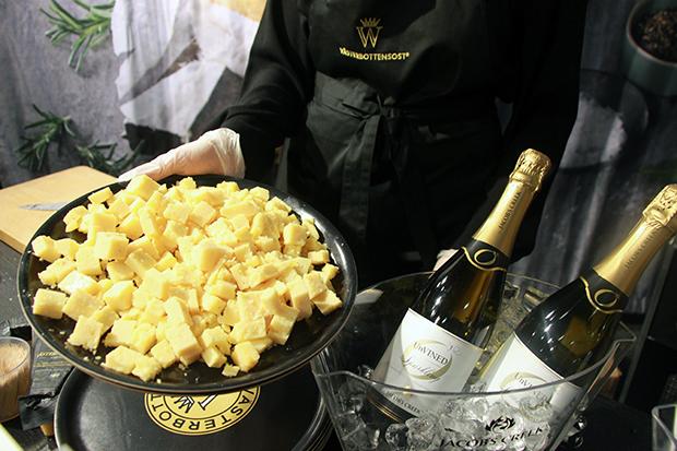 Västerbotten-juusto ja alkoholiton Jacob´s Creek kuohuviini